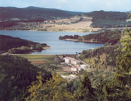 Lipenské jezero s přehradní hrází od skalního útvaru na hoře Luč, jak panorama tam shora zachytil snímek Josefa Erharta zroku 1966...