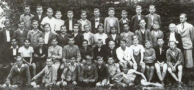 Se žáky 3. třídy měšťanské školy v Nýrsku (ročník narození 1922) stojí zcela vpravo
