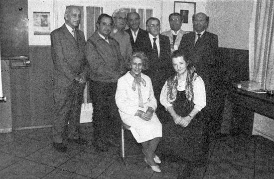 Stojí tu prvý zprava vedle dalších nositelů kulturní ceny města Pasova: doprava to jsou Leo Hans Mally, Sepp Skalitzky, Josef Dichtl, Erich Hans, Leopold Hafner a Alfred Zangenfeld, sedící pak Hilde Hager-Zimmermannová a Berta Klementová