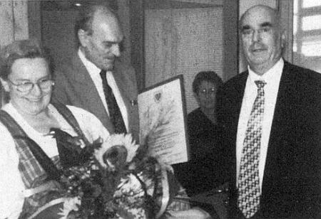 Se starostou bavorského městyse Röhrnbach, které převzalo patronát nad vyhnanci z někdejšího Kaltenbachu, tu stojí odleva Olga Hartmetz-Sagerová a Franz Matejka, kterému byla právě udělena stříbrná medaile patronátní obce