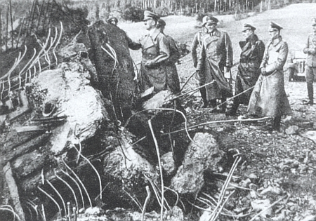 """Hitler v blízkém Křenově u """"řopíku"""" vyhozeného do povětří obrovskou náloží (dělostřeleckou palbu by vydržel) na počest """"Vůdcovy"""" návštěvy v říjnu 1938"""