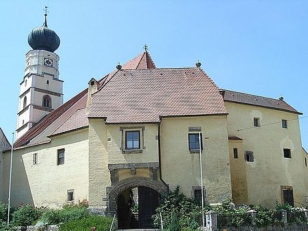 Kostel Nejsvětější trojice a opevnění městyse Kößlarn