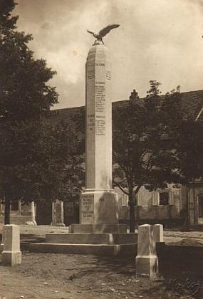 Někdejší památník padlým ve Chvalšinách na fotografii z krajanského měsíčníku a pohlednici českokrumlovského fotografa Micka