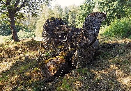 Odstřelený bunkr na snímku z roku 2021
