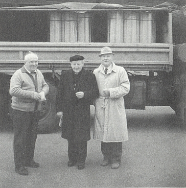 Josef Matejka (z trojice mužů ten vpravo) před nákladem měděného plechu pro střechu kostela ve Svaté Magdaleně, vlevo vidíme volarského děkana Honsu, uprostřed preláta Hägelspergera z Řezna, který plech daroval