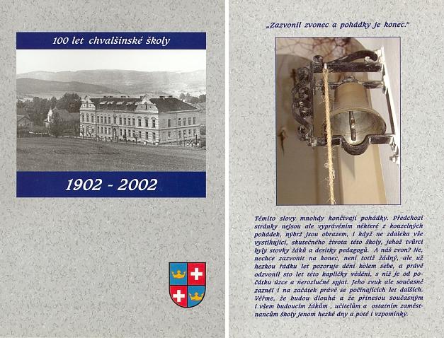 Obálka (2002) publikace ke 100. jubileu školy ve Chvalšinách i se snímkem školního zvonce, který se zřejmě dochoval od samého počátku původně německé obecné a od roku 1921 i německé měšťanské školy
