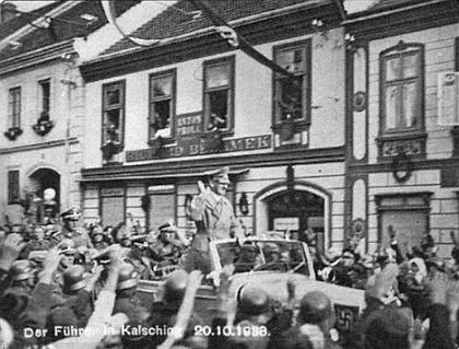 Hitler v otevřeném automobilu na náměstí ve Chvalšinách