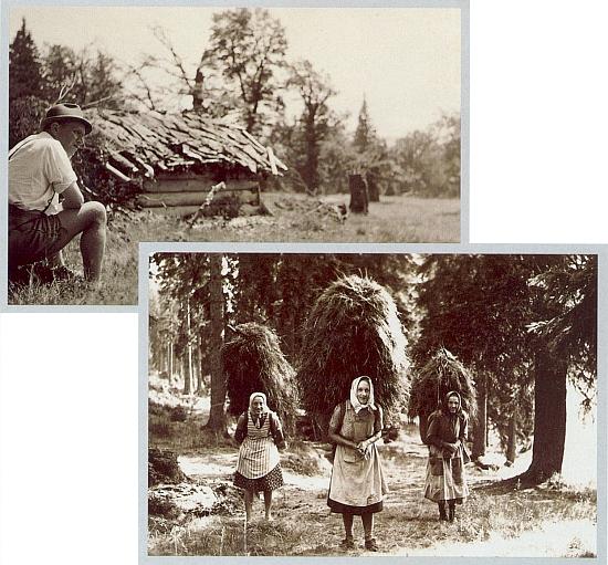"""Před pastýřskou chýší na Rindlschachten severovýchodně od hory Falkenstein (sedí tu na šumavské horské louce zvané místně """"die Schachte"""" on sám) a ženy zHůrky (Hurkenthal) na záběrech z putování, které podnikl Matheis spolu se svou paní v pozdním létě válečného roku 1943 z Falkensteinu do Hůrky, tehdy v říšském záboru"""