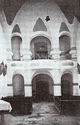 Interiér poutního kostela Svatá Magdalena u Zbytin v roce 1913 a ve třicátých letech 20. století...