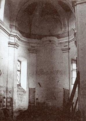 ... a devastovaný kostel na snímcích z roku 1987