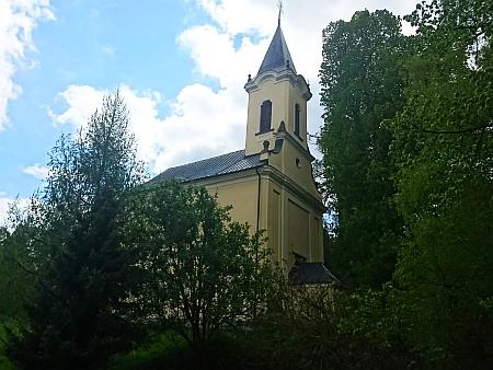 Poutní kostel Svatá Magdalena u Zbytin skrytý mezi stromy (viz i Otto Lang)