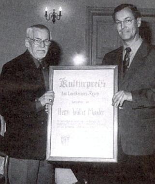 Při převzetí kulturní ceny zemského okresu Regen roku 1998 z rukou prezidenta sdružení Bayerischer Wald-Verein Heinze Wölfla