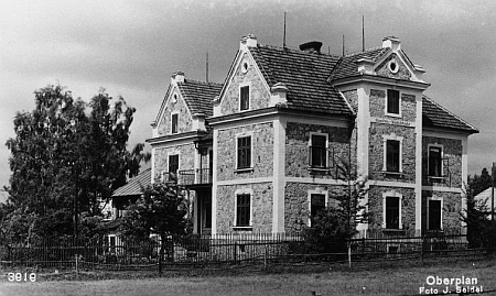 Snímek Josefa Seidela zachycuje zemědělskou školu v Horní Plané, jejíž byla první dívčí absolventkou