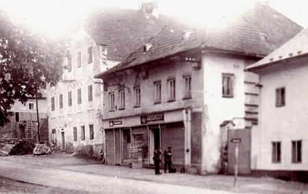 Dům čp. 14 (vlevo) před demolicí v roce 1959
