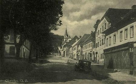 Rodný dům čp. 14 na hornoplánském náměstí druhý zprava na staré pohlednici - býval to jeden z nejstarších anejvýstavnějších domů vHorní Plané