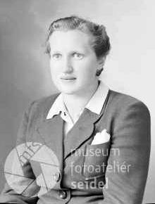 Podobenka, pořízená ve fotoateliéru Josefa Seidela v Českém Krumlově dne 16. června válečného roku 1943 na jméno a adresu Faschingbauer Herma, Oberplan 14
