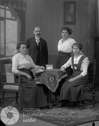 S rodinou na snímku ze Seidelova ateliéru z 20. prosince 1916