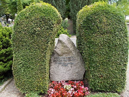 "Hrob v Meersburgu s nápisem""Vysvobozen z lidského bytí"""