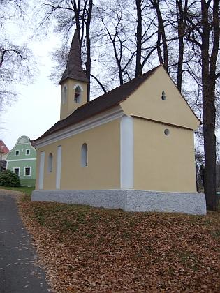 Kaple na svážné lipanovické návsi