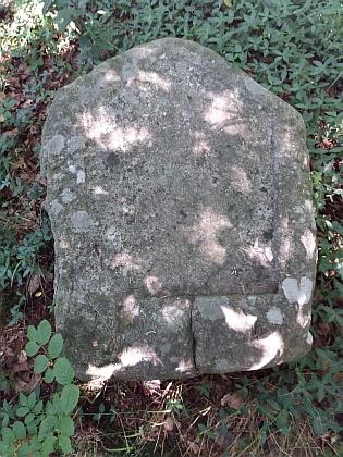 Někdejší německá škola v Jaroníně (čp. 17) a kámen v lesíku na stráni nad ní, na němž podle vzpomínky jeho vzdáleného příbuzného Pavla Mautschky bývala Hansova pamětní deska