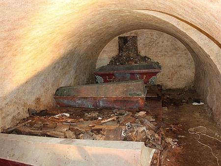 Pohled do hrobky v Klenčí pod Čerchovem, kde to odnesl ministr Stadion za Lomikara - do krypty      Kozinova kata sice naštvaní Chodové opravdu házeli kameny, ale na špatnou rakev