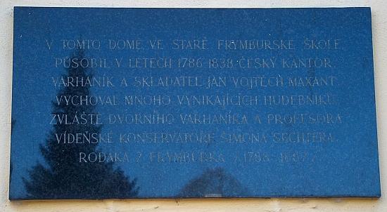 Pamětní deska Jana Nepomuka Vojtěcha Maxanta (Maxandta) na budově staré školy ve Frymburku