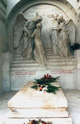 Jeho hrob v saském Radebeulu s plastickou výzdobou od sochaře Selmara Wernera (1864-1953)
