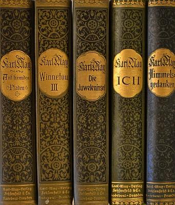 Hřbety původních vydání jeho knih     ze sbírek Jihočeské vědecké knihovny