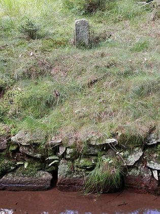 """""""Sáhové kameny"""", pomocí nichž bylo možné lokalizovat určitý úsek kanálu - původně jich bylo 135"""