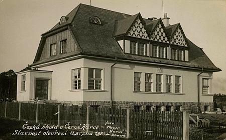Česká škola v Černé v Pošumaví-Hůrce, otevřená v roce 1925, na dalším snímku z jeho ateliéru