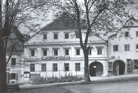 """Hornoplánský hostinec """"Zum Grünweber"""" (tj. U zeleného tkalce"""") na jeho fotografii"""