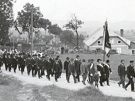 """Zachytil i svěcení praporu """"Smíšeného výrobního družstva"""" (""""Gemischte Gewerbegenossenschaft"""") v Zadní Zvonkové dne 19. srpna roku 1934 (4 roky nato bylo nacisty rozpuštěno jako všechny spolky v Německu)"""