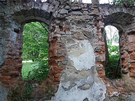 Chátrající velká kaple ve Starém Špičáku