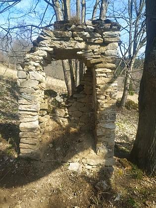Studánka poblíž někdejšího stavení čp. 19 ve Starém Špičáku a ruiny místní kapličky