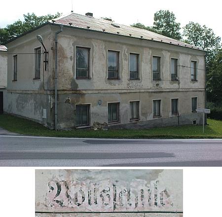 Na budově bývalé želnavské školy je ještě patrný německý nápis