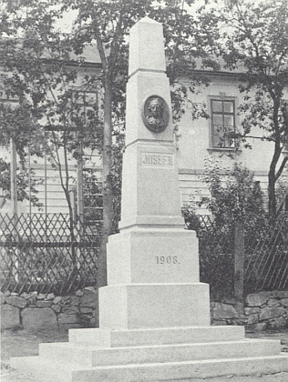 Památník císaře Josefa II., který kdysi stával před želnavskou školou