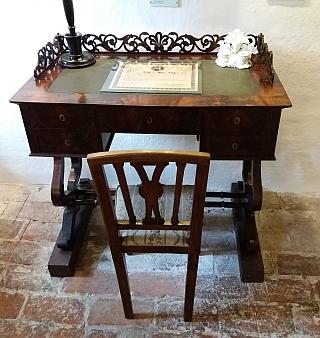 Stifterův psací stůl, vystavený ve spisovatelově rodném domě v Horní Plané a zmíněný v jeho textu