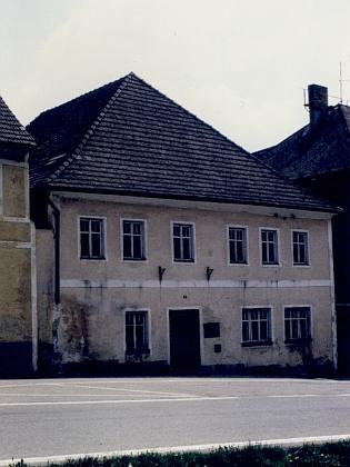 Dům čp. 11 na hornoplánském náměstí, který je uveden v záznamu o svatbě jako jeho bydliště, na fotografii z počátku devadesátých let 20. století - v roce 1992 byl stržen, na jeho místě dnes stojí jiný