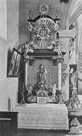 Mariánský oltář kostela sv. Jakuba v Želnavě skřtitelnicí z roku 1723 vedle