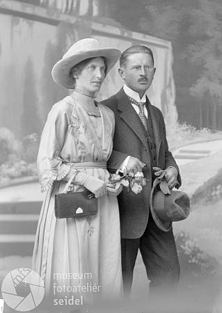 """Svatební fotografie jejích rodičů """"od Seidelů"""" z 12. září 1921 (viz i Franz Mayer-Oberplan)"""