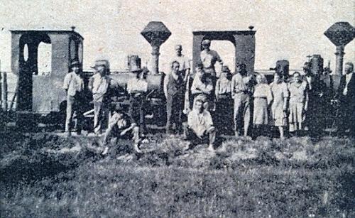 """Lokomotivy """"Ida"""" a """"Adolf Josef"""", nazvané tak zřejmě po příslušnících knížecího rodu schwarzenberského, na trati pro přepravu rašeliny mezi Horní Borkovou a Černou v Pošumaví"""
