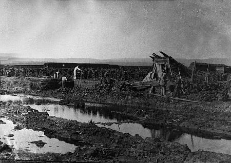 Těžba rašeliny v Dolní Borkové na fotografii Josefa Seidela