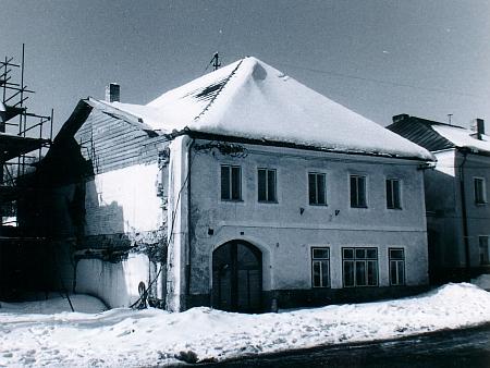Zaniklý dům čp. 47 v dolní části hornoplánského náměstí na snímku z roku 1986