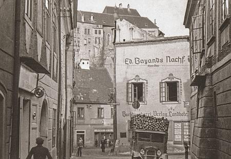 Na Seidelově snímku je vlevo zachyceno sídlo českokrumlovské redakce listu Landbote