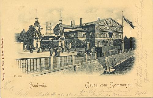 """Stará pohlednice zachycující Německý dům je zároveň pozdravem z """"letní slavnosti"""" v něm konané, poslaným mimochodem na adresu rodiny Niescherovy v Chvalšinách"""