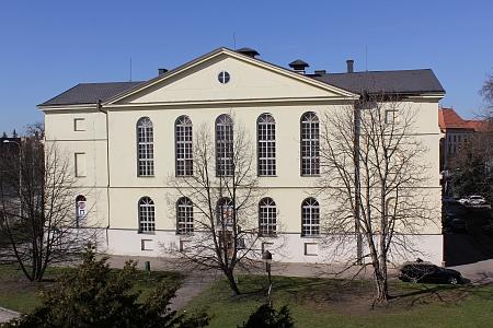 Zadní část budovy na snímku pořízeném z budovy Jihočeského muzea v roce 2013