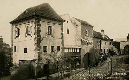 Fričkův dvůr na pohlednici českokrumlovského fotoateliéru Wolf...