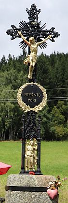 """... právě tak, jako toto """"Memento mori"""" u Řasnice (2021)"""