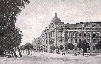 Wilsonovo náměstí v Českých Budějovicích s budovou dnešního Krajského úřadu - čp. 9 patřilo obci a sídlil tu i německý Böhmerwaldbund...