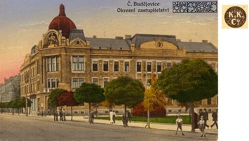 Táž budova s přetiskem německého textu na kolorované pohlednici firmy K.K., což je zřejmě zkratka jména Karl Kratochwill